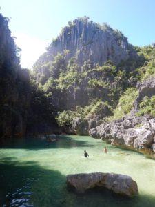 Schwimmen in der Tangke Lagos beim Backpacking Philippinen